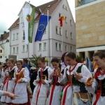 Strenger Blick der Leiterin, aber eine Brezel muss sein: Mitglieder der Volkstanzgruppe Ziemia Zywiecka, Polen