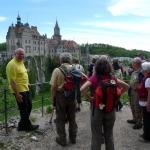 Der  Sigmaringer Bürgermeister Thomas Schärer (links) zeigt den Landesfest-Wimpelwanderern den schönsten Blick aufs Schloss  (Foto Klemp)