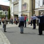 """Nach dem Vortrag über """"Gelenk schonendes Wandern"""" gings zu praktischen Übungen in die Fußgängerzone"""