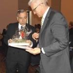 Albvereins-Präsident Dr. Rauchfuß überreicht Ministerpräsident Kretschmann eine Albvereins-Resolution zur Rettung der Blumenwiesen (Foto Hempel)