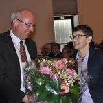 Bürgermeister Thomas Schärer überreicht der Präsidenten-Gattin Petra Rauchfuß einen Muttertagsstrauß (Foto Ebert)