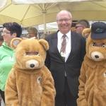 Bürgermeister Thomas Schärer mit unserer Bärenfamilie (Foto Hempel)