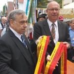Albvereins-Präsident Dr. Rauchfuß und Bürgermeister Schärer bei der Ausgabe der Wimpelbänder (Foto Hempel)