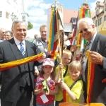 Albvereinspräsident Dr. Rauchfuß und Vizepräsident Wolf bei der Ausgabe der Wimpelbänder (Foto Hempel)